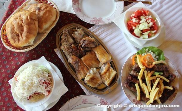 Jagnjetina, ćevapi i dve vrste salate