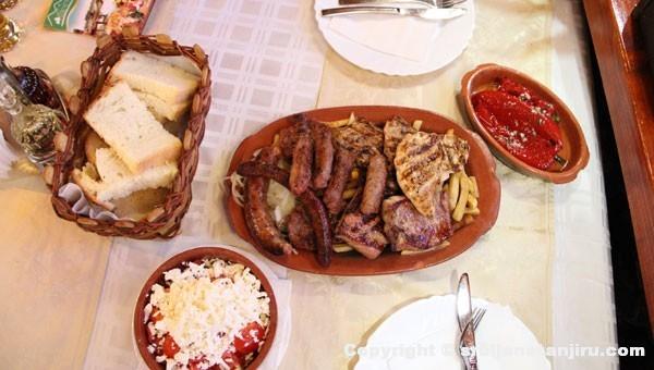 """Glavno jelo """"Babina trpeza"""" (mešano meso)"""