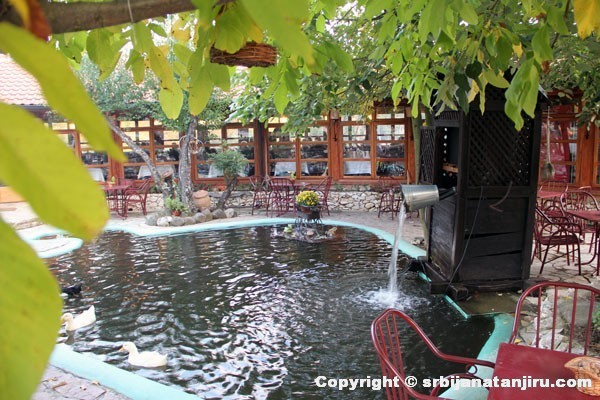 "Etno selo ""Babina reka"": bašta restorana"