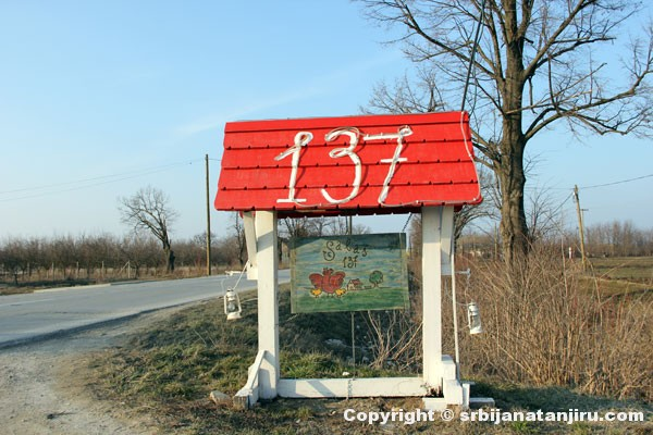 Salaš 137, oznaka pored puta