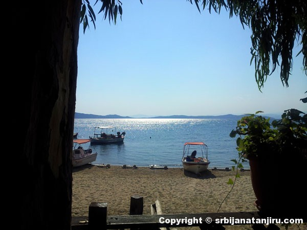 Pogled ka moru iz bašte restorana