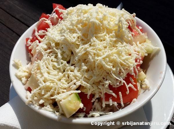 Srpska salata sa sirom