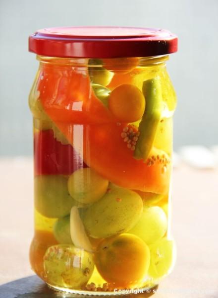 Pikantna (ljuta) turšija sa grožđem i zelenim čeri paradajzom