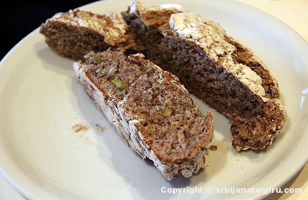 Domaći hleb od heljdinog i ražanog brašna, sa semenkama, maslinama i mladim lukom